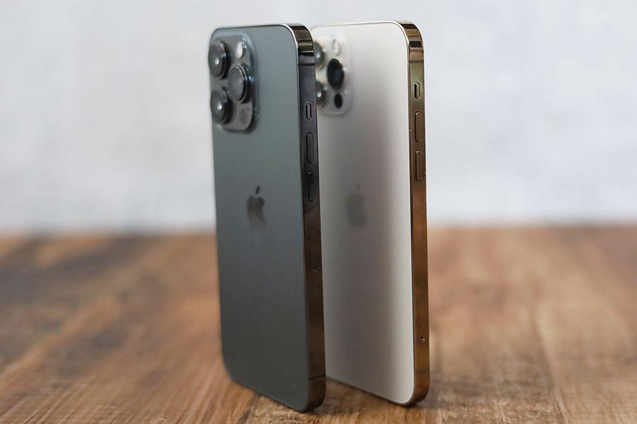 iPhone 12 ProとiPhone 13 Proと比較並べた状態