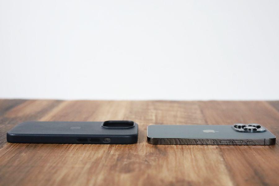 iPhone 13 Pro Apple純正レザーケースミッドナイトと本体側面比較反対側