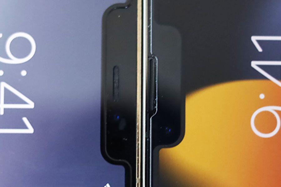 iPhone13ProとiPhone12Proのスピーカー部分の比較画像