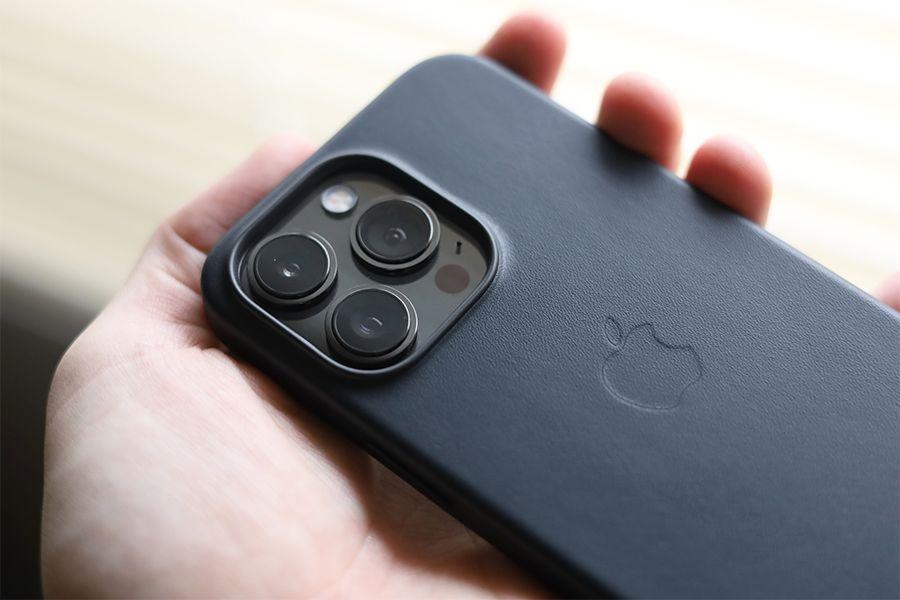 iPhone 13 Pro Apple純正レザーケースミッドナイトをはめた状態