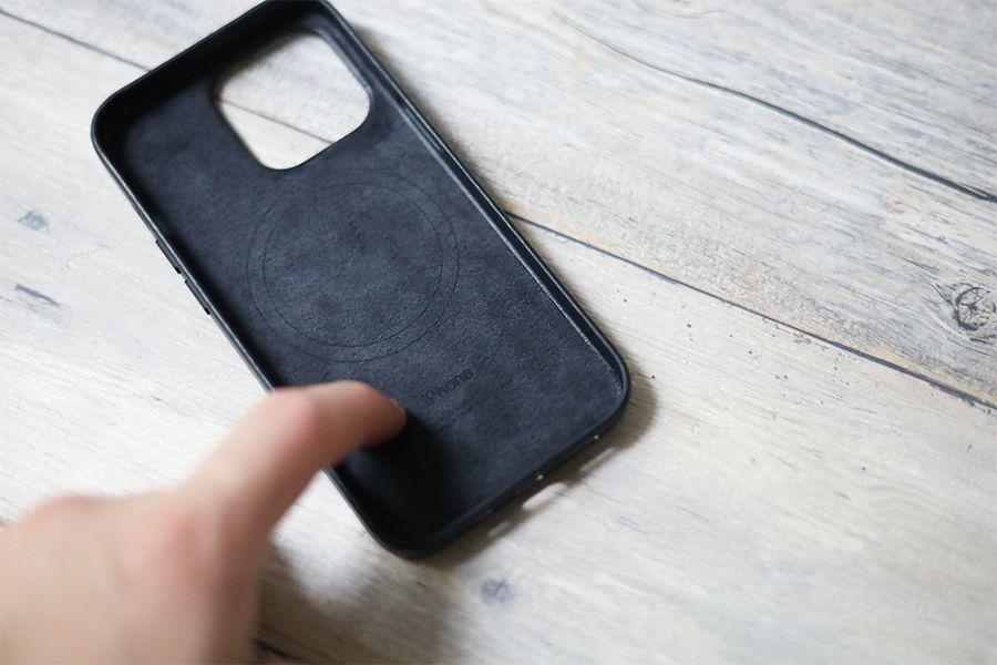 iPhone 13 Pro Apple純正レザーケースミッドナイトの中はファイバークロスで傷がつきにくい