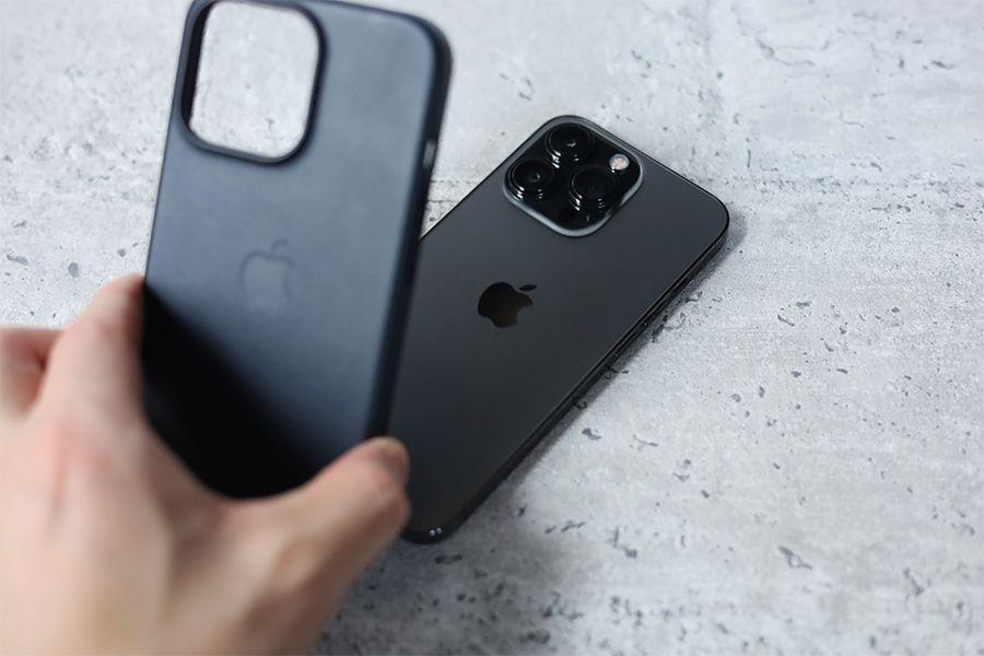 iPhone 13 Pro Apple純正レザーケースミッドナイトは上部から抜くと簡単に撮れる