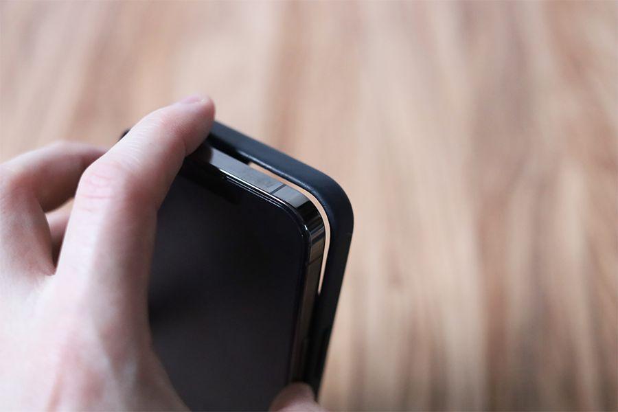 iPhone 13 Pro Apple純正レザーケースミッドナイトの取り外しは上部からがやりやすい