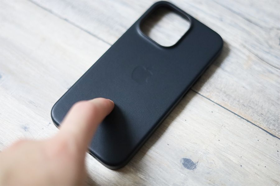 iPhone 13 Pro Apple純正レザーケースミッドナイトの表面はしっとりよりさらさら質感のレザー