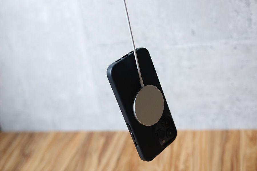 iPhone 13 Pro Apple純正レザーケースミッドナイトの磁力が高いのでMagSafe充電器ががっちりつく