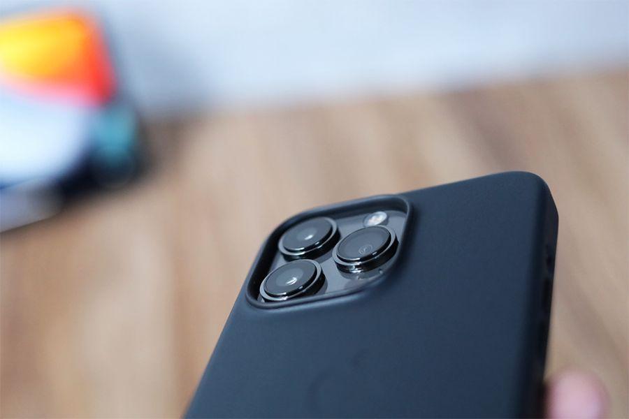iPhone 13 Pro Apple純正レザーケースミッドナイトのカメラ周り