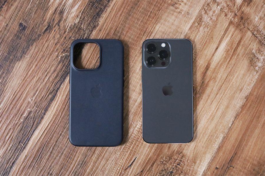 iPhone 13 Pro Apple純正レザーケースミッドナイトと本体を並べた状態